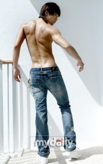 20081217-rain-shirtless-jeans-sixtofive